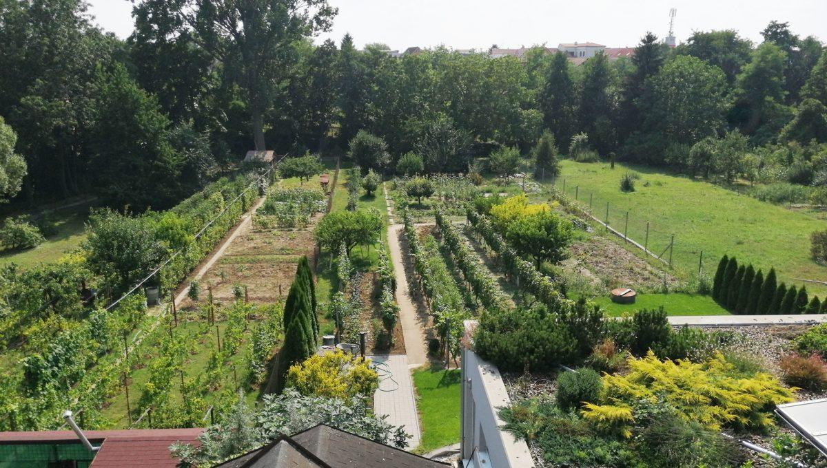 Blatne 04 Senec velky rodinny dom velky pozemok pohlad na krasny pozemok so zahradou za domom a cast strechy kryteho bazena