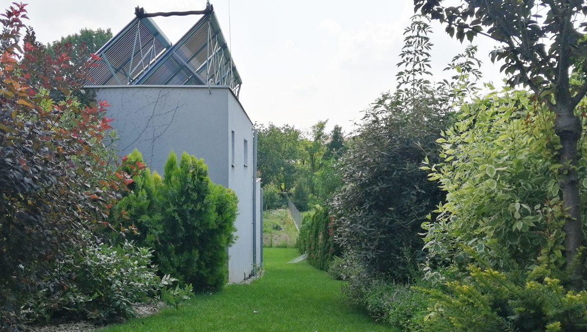 Blatne 11 Senec velky rodinny dom velky pozemok pohlad na okolie budovy kryteho bazena s udrziavanou zelenou na pozemku