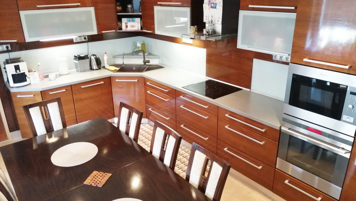 Blatne 18 Senec velky rodinny dom velky pozemok kuchyna s kuchynskou linkou a jedalenskou castou