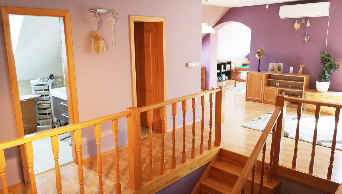 Blatne 20 Senec velky rodinny dom velky pozemok pohlad na cast schodiska a vstupy do kupelne a toalety