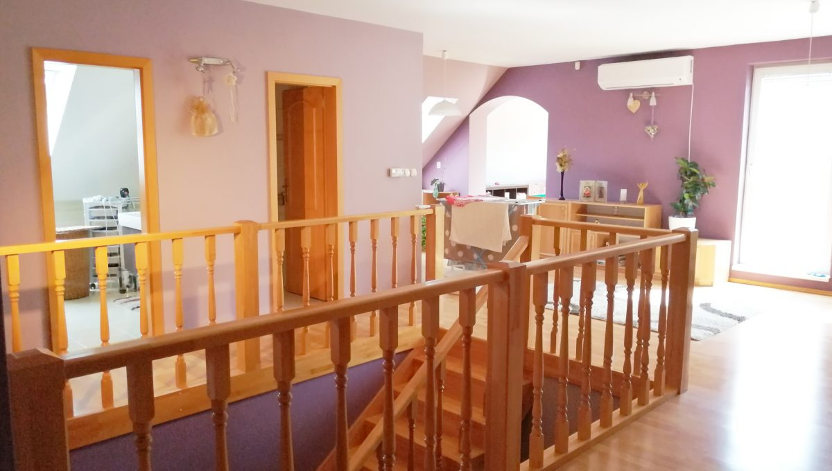 Blatne 21 Senec velky rodinny dom velky pozemok pohlad na schodisko a vstupy do kupelne a toalety a cast priestoru na poschodi