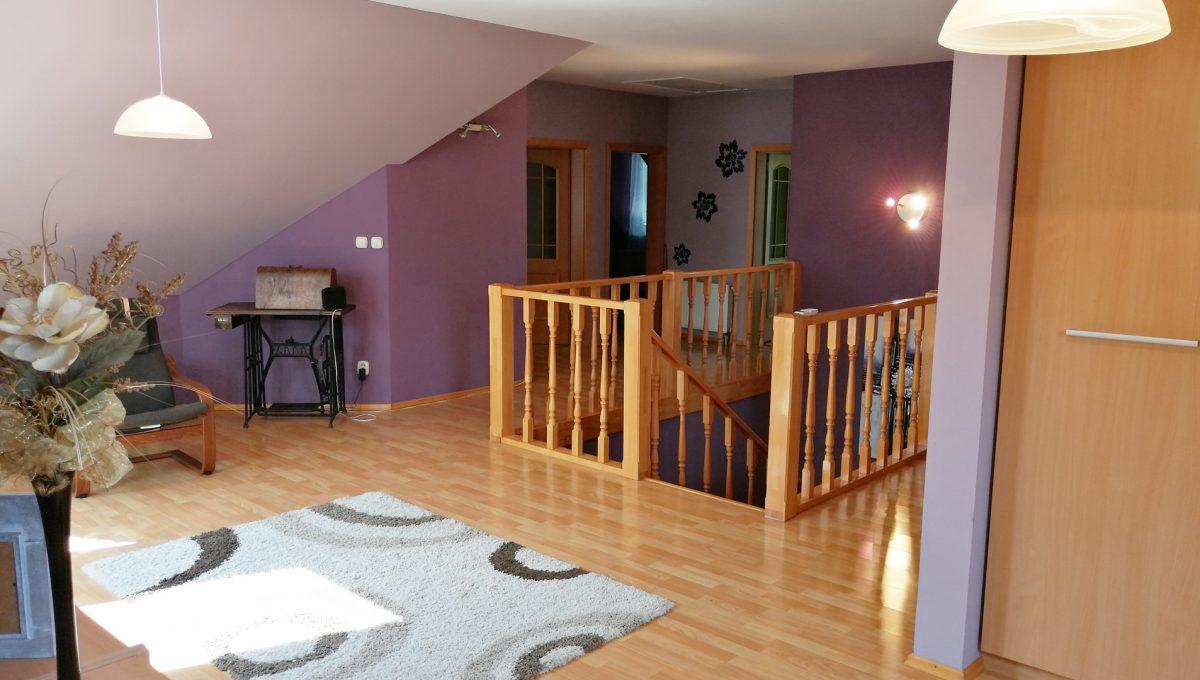 Blatne 22 Senec velky rodinny dom velky pozemok pohlad z oddychovej casti domu na schodisko a priestor na poschodi