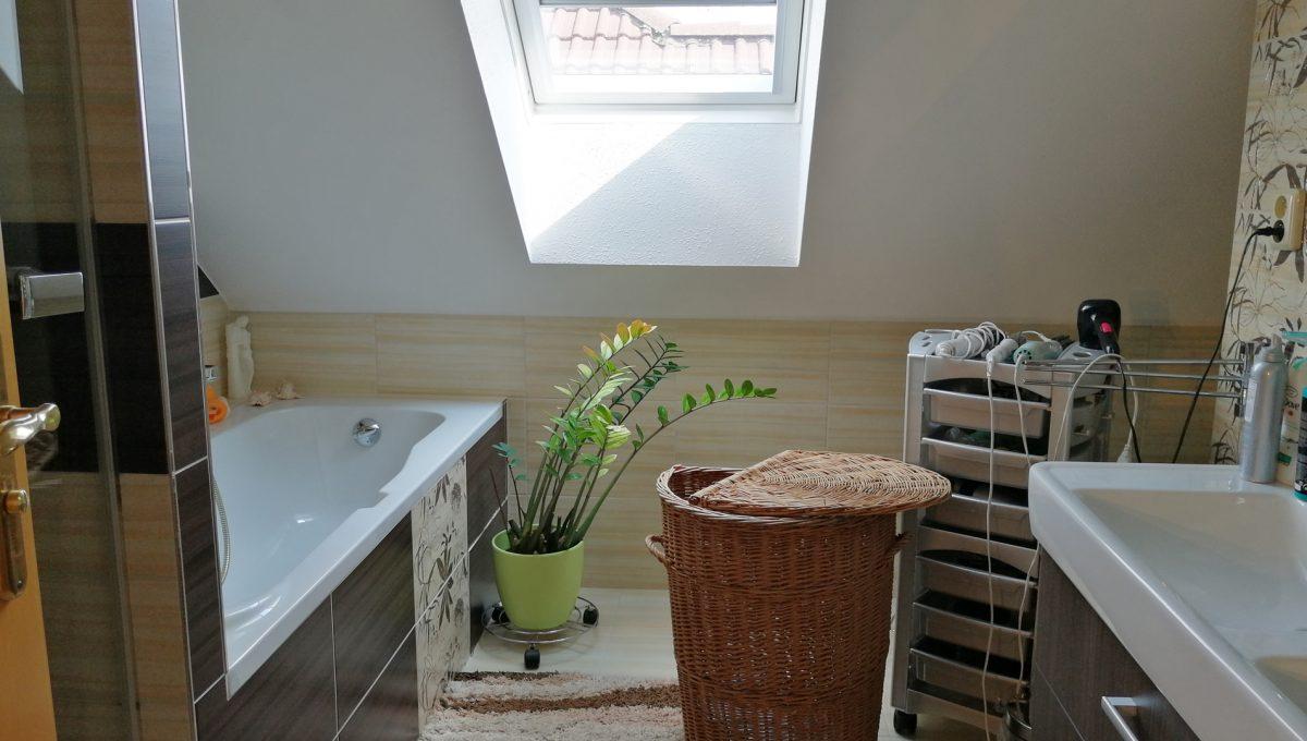 Blatne 25 Senec velky rodinny dom velky pozemok pohlad na kupelnu na poschodi s vanou a sprchovym kutom a umyvadlom