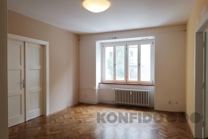 Bratislava 05 Konfido Stare Mesto Povraznicka pohlad na izbu so vstupmi do dalsich dvoch izieb a na okno do ulice