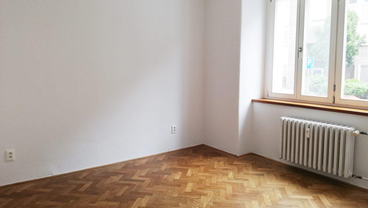 Bratislava-07-Povraznicka-3izbovy-byt-na-prenajom-ako-kancelaria-stare-mesto-izba-bez-zariadenia-s-drevenymi-parketami-polado-zos-strany-satnika