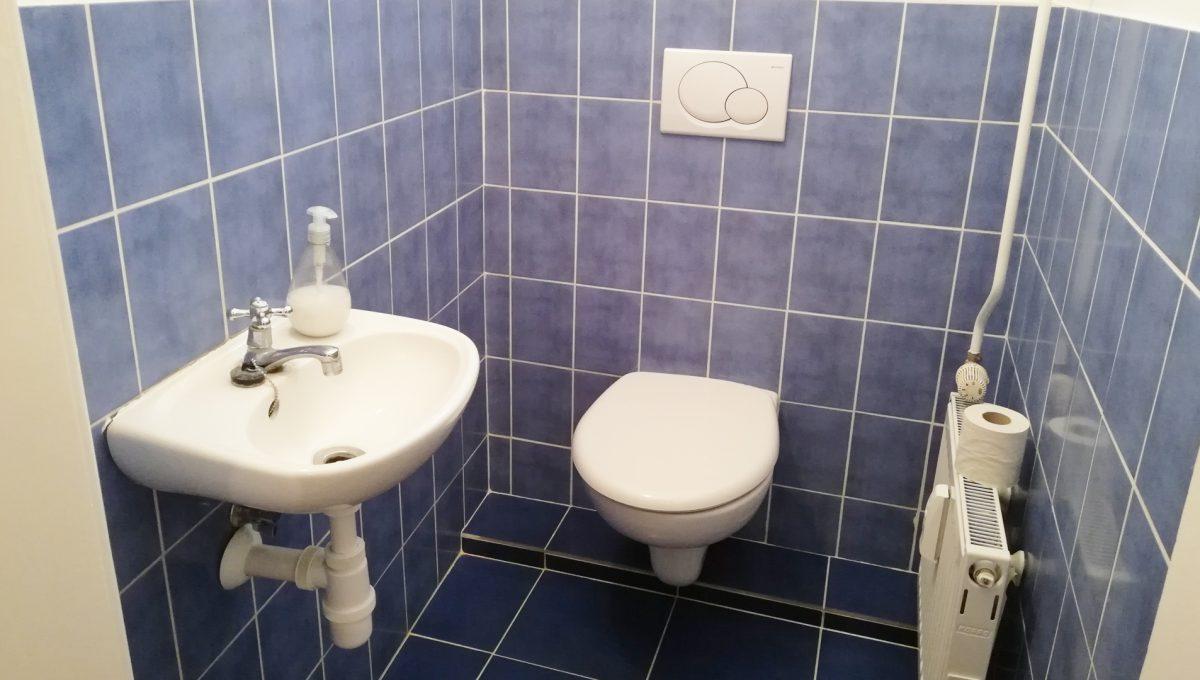 Bratislava-11-Povraznicka-3izbovy-byt-na-prenajom-ako-kancelaria-stare-mesto-toaleta-s-umyvadlom