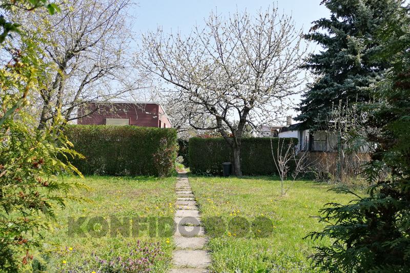 Bratislava Konfido 14 Zlate piesky zahrada pohlad od vstupu na pozemok pekny zahradny domcek slnecny pozemok copy