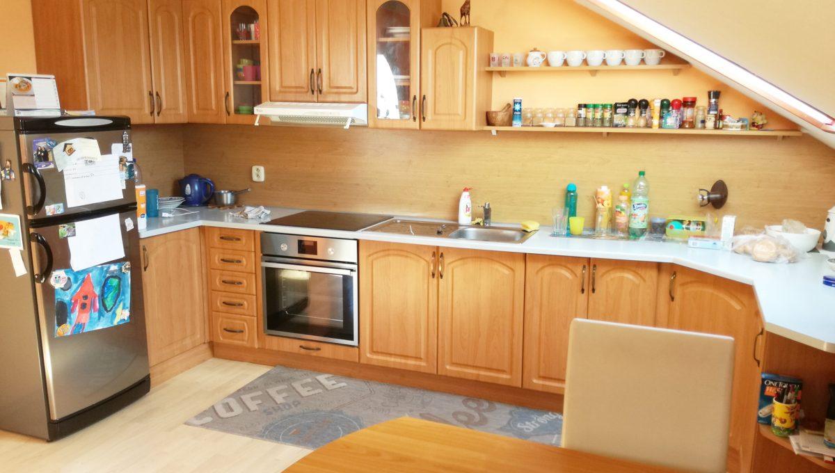 Bratislava-Podunajske-Biskupice-JK03-viacgeneracny-rodinny-dom-pohlad-na-kuchynsku-linku-z-obyvacej-izby
