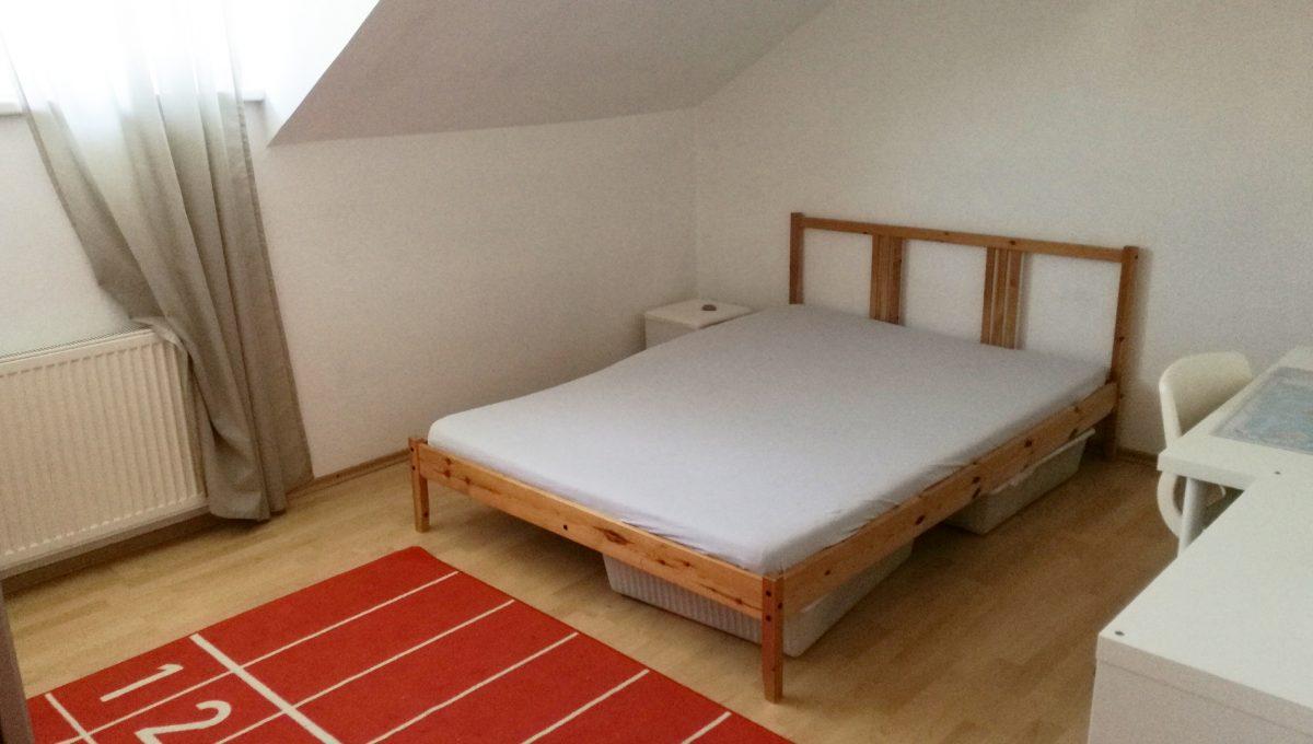 Bratislava-Podunajske-Biskupice-JK09-viacgeneracny-rodinny-dom-pohlad-na-detsku-izbu-na-poschodi-s-postelou