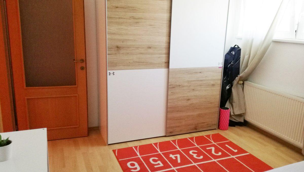Bratislava-Podunajske-Biskupice-JK10-viacgeneracny-rodinny-dom-pohlad-na-detsku-izbu-na-poschodi-so-vstavanou-skrinou-a-vstupom-do-izby