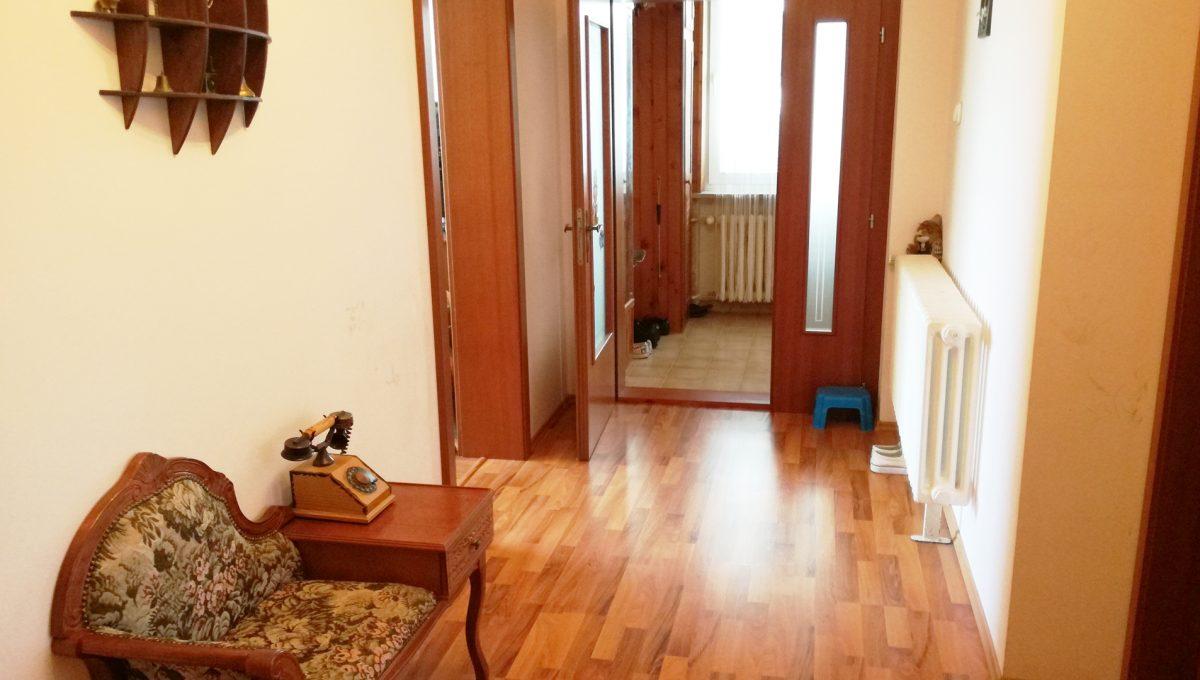 Bratislava-Podunajske-Biskupice-JK16-viacgeneracny-rodinny-dom-pohlad-na-chodbu-druhej-samostatnej-casti-rodinneho-domu
