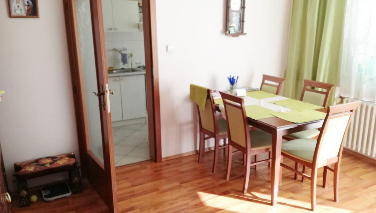 Bratislava-Podunajske-Biskupice-JK18-viacgeneracny-rodinny-dom-pohlad-na-jedalensku-cast-so-vstupom-do-kuchyne-v-druhej-samostatnej-casti-rodinneho-domu