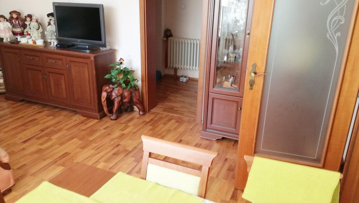 Bratislava-Podunajske-Biskupice-JK19-viacgeneracny-rodinny-dom-pohlad-na-izbu-s-jedalenskou-castou-so-vstupom-na-chodbu-v-druhej-samostatnej-casti-rodinneho-domu