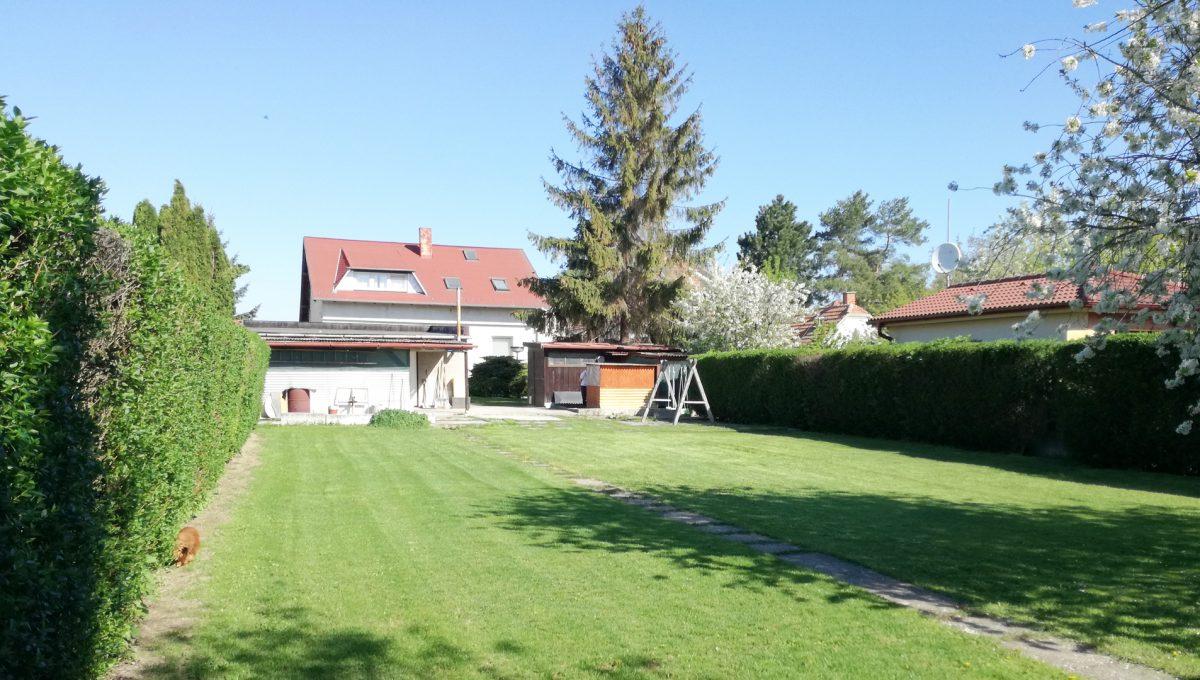 Bratislava-Podunajske-Biskupice-JK26-viacgeneracny-rodinny-dom-pohlad-na-dom-z-konca-zahrady-alebo-pozemku-patriacemu-k-rodinnemu-domu