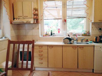 Dunajska-Luzna-4-izbovy-rodinny-dom-podpivniceny-s-velkou-zahradou-pohlad-na-kuchynsku-linku