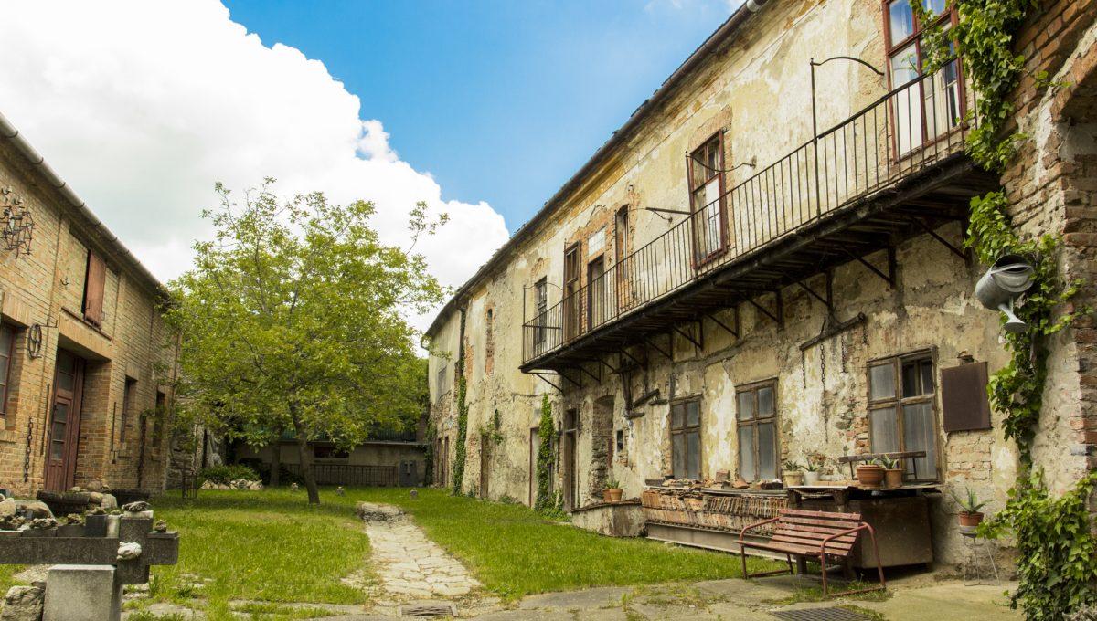 Modra 02 mestiansky dom na namesti pohlad do vnutrobloku a dvora za domom