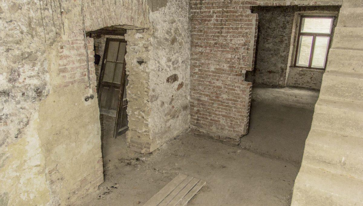Modra 33 mestiansky dom na namesti pohlad na priestory pod schodiskom veduce z podkrovia