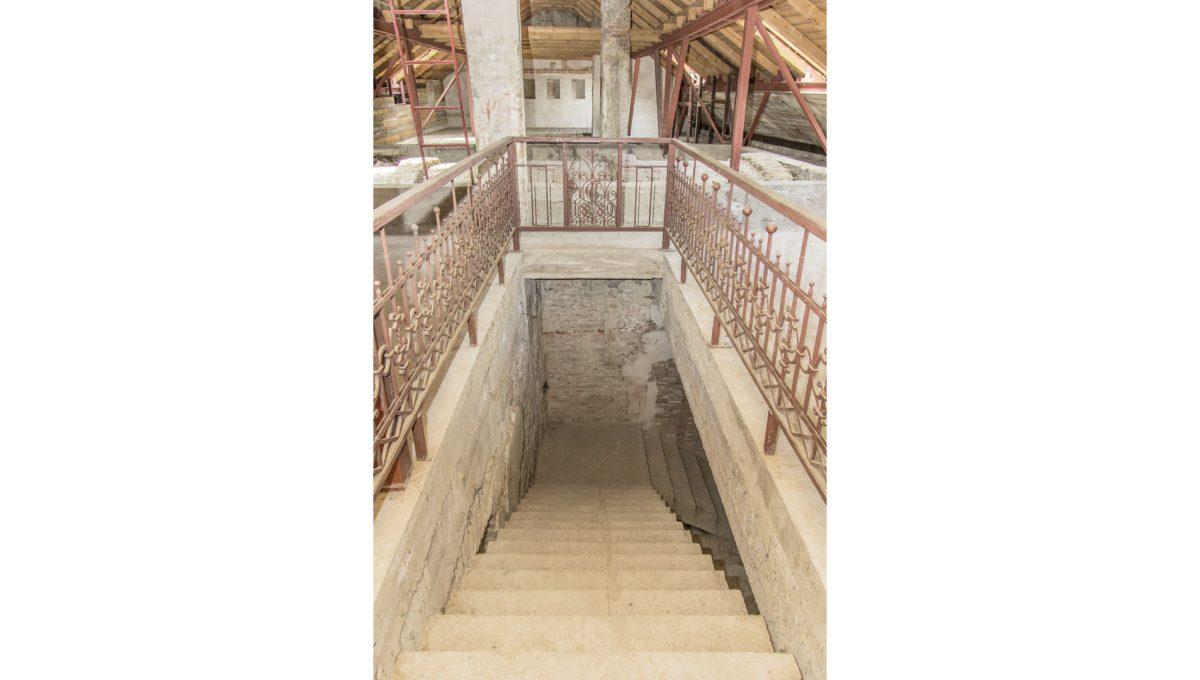 Modra 34 mestiansky dom na namesti pohlad na schodisko a cast otvoreneho podkrovia mestianskeho domu