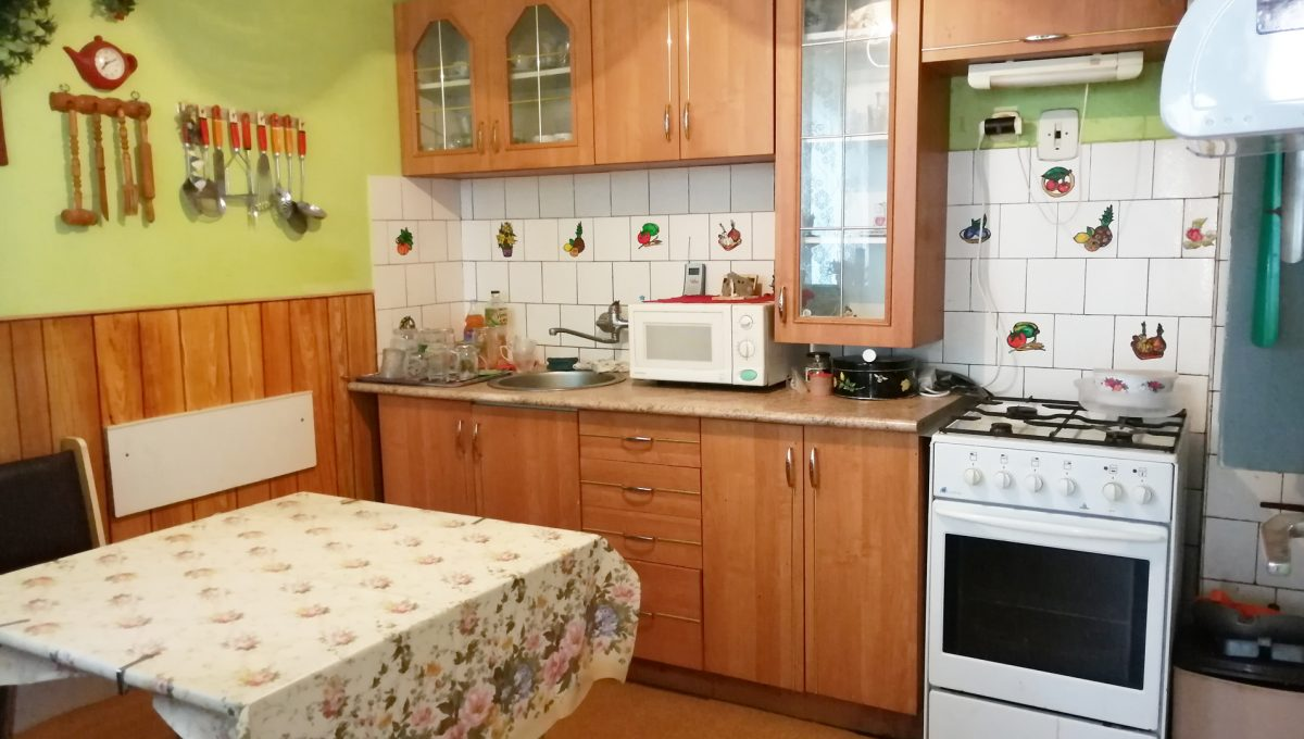Senec-01-FK-3-izbovy-rodinny-dom-v-povodnom-stave-pohlad-na-kuchynu