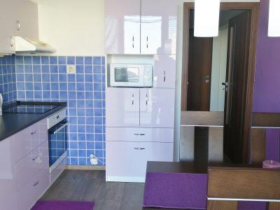 Senec-01-Namestie-3-izbovy-byt-na-prenajom-pohlad-od-lodzie-na-zariadenu-kuchynu-s-jedalenskou-castou