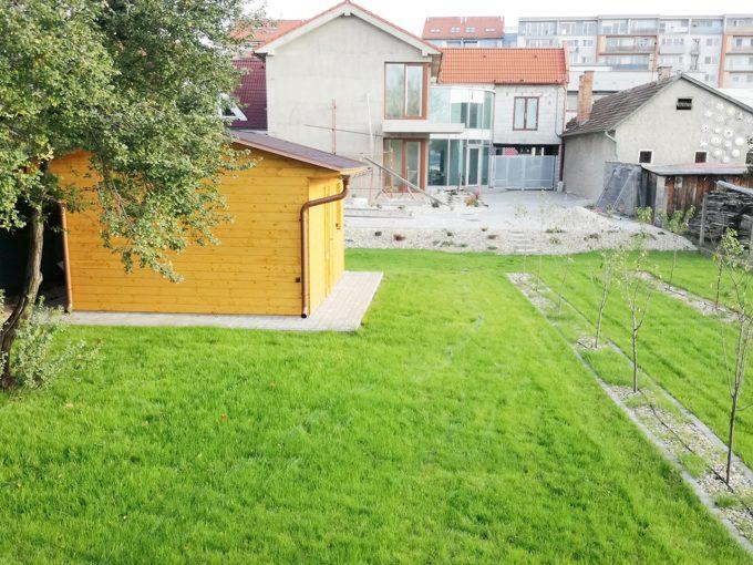 Senec-01-Vajanskeho-ulica-rodinny-dom-pred-dokoncenim-pohlad-z-konca-zahrady-so-zavlahou-smerom-na-dom