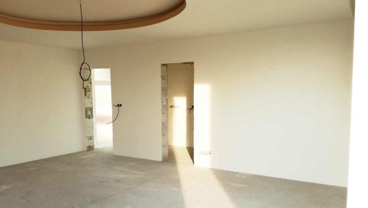 Senec-03-Vajanskeho-ulica-rodinny-dom-pred-dokoncenim-obyvacia-izba-bez-podlahy-pohlad-od-okna