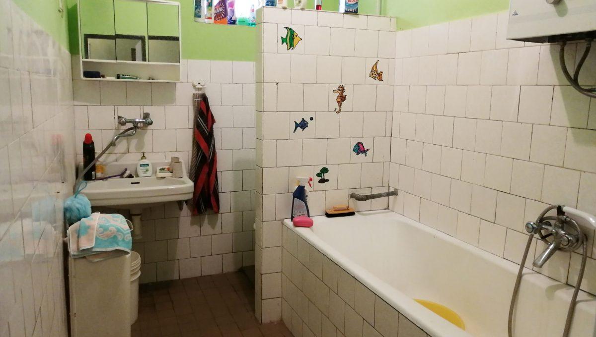 Senec-04-FK-3-izbovy-rodinny-dom-v-povodnom-stave-pohlad-na-kupelnu-spolocnu-s-toaletou