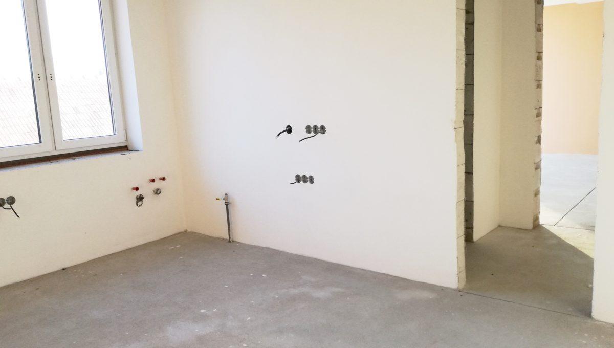 Senec-04-Vajanskeho-ulica-rodinny-dom-pred-dokoncenim-izba-s-predpripravou-na-kuchynku-s-prechodom-cez-kupelnu-do-obyvacej-izby-bez-podlahy
