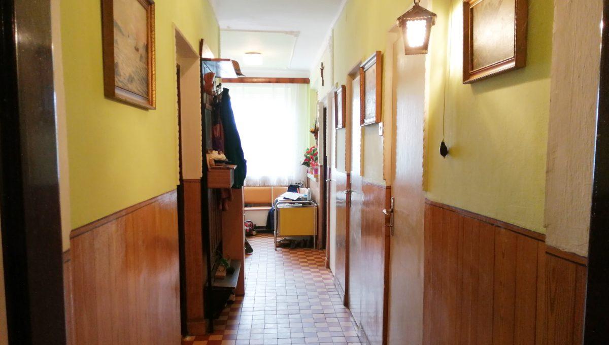 Senec-05-FK-3-izbovy-rodinny-dom-v-povodnom-stave-pohlad-z-obyvacej-izby-na-chodbu-v-dome