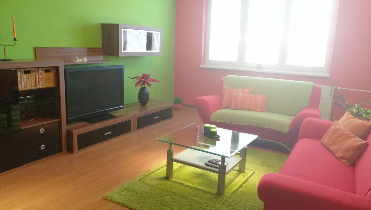 Senec 05 Namestie 3 izbovy byt na prenajom pohlad od vstupu na obyvaciu izbu zariadenu nabytkom