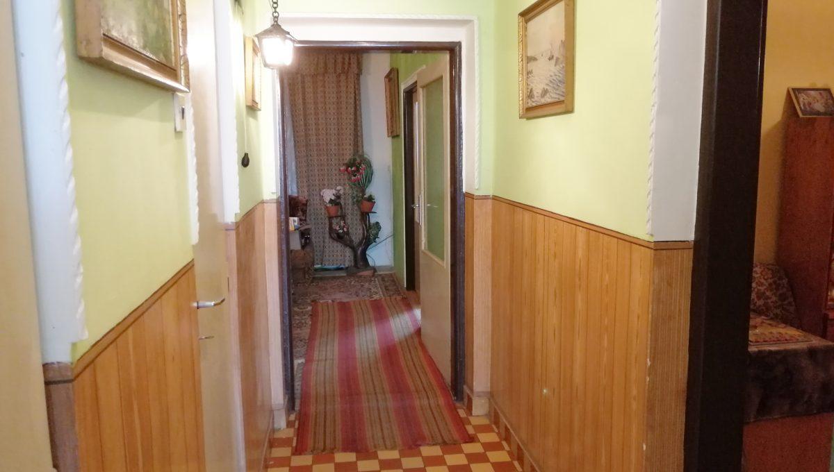 Senec-06-FK-3-izbovy-rodinny-dom-v-povodnom-stave-pohlad-na-chodbu-v-dome-od-vchodovych-dveri