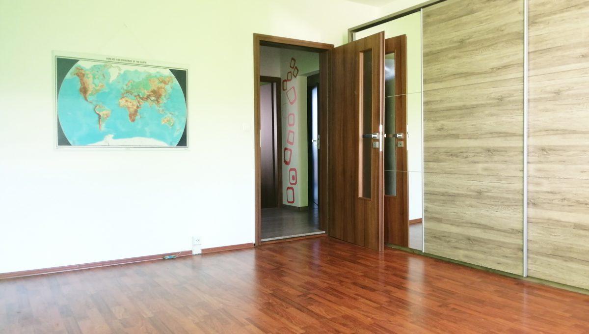 Senec 06 Namestie 3 izbovy byt na prenajom pohlad od okna na detsku izbu s roldorovou skrinou