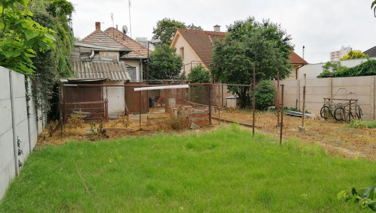 Senec-08-FK-3-izbovy-rodinny-dom-v-povodnom-stave-pohlad-na-pozemok-a-dom-z-konca-zahrady
