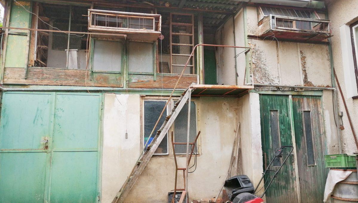 Senec-11-FK-3-izbovy-rodinny-dom-v-povodnom-stave-pohlad-na-hospodarsku-cast-domu