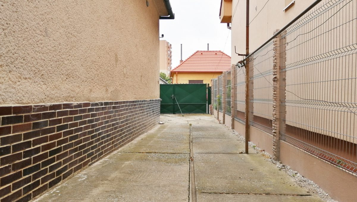Senec-12-FK-3-izbovy-rodinny-dom-v-povodnom-stave-pohlad-na-prejazd-popri-dome-smerom-na-ulicu