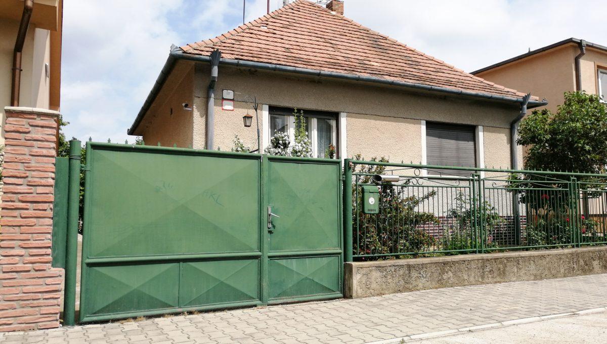 Senec-14-FK-3-izbovy-rodinny-dom-v-povodnom-stave-pohlad-na-dom-z-ulice