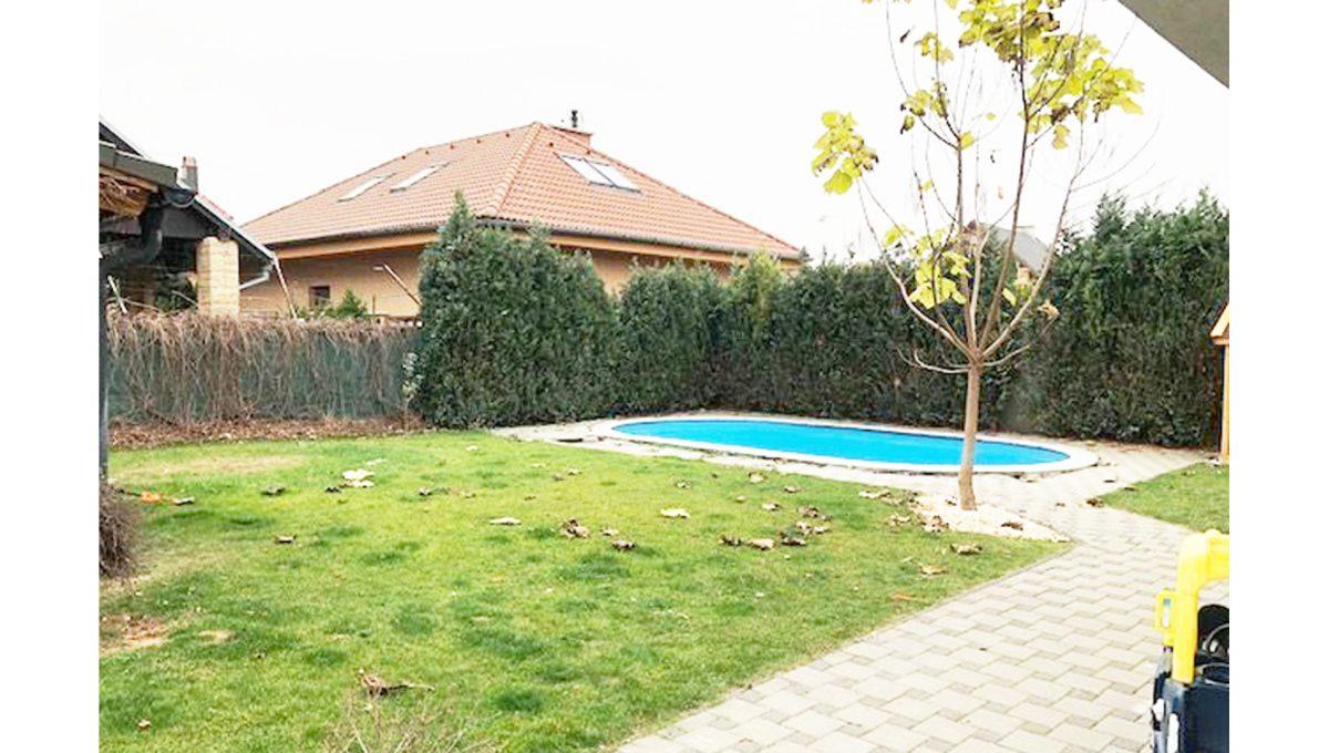 Senec 25 4-izbovy rodinny dom pohlad na pozemok bazenik