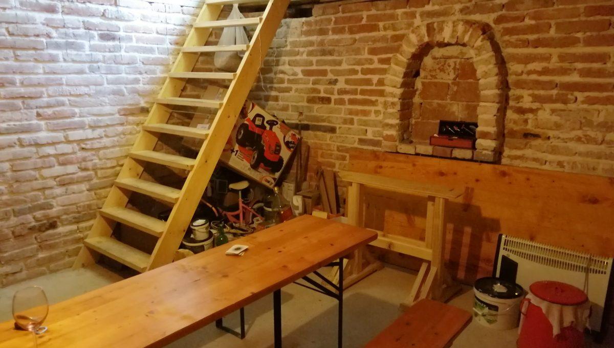 Senec-28-4-izbovy-rodinny-dom-podpivnicena-letna-kuchynka-v-zahrade-sucha-pivnica-pohlad-na-vstup