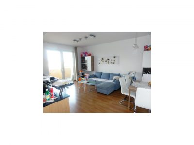 Senec-Pezinska-ulica-3-izbovy-byt-s-dvomi-balkonmi-v-novostavbe-pohlad-na-obyvaciu-izbu-s-spolu-jedalenskou-castou