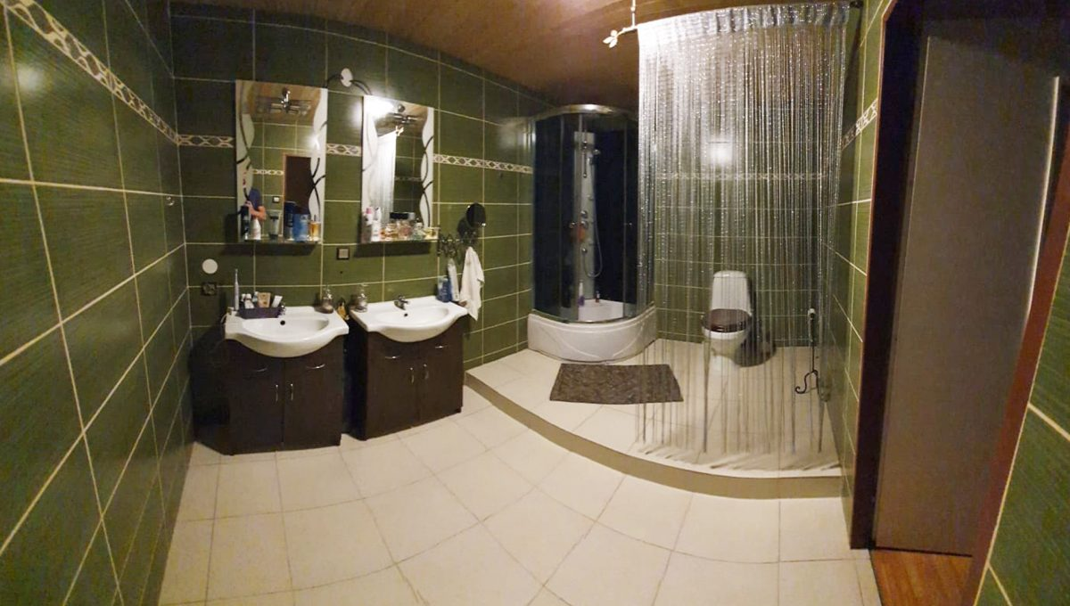 Turany 08 hotel penzion ubytovna s certifikovanou strelnicou pohlad na kupelnu so sprchovym kutom a toaletou