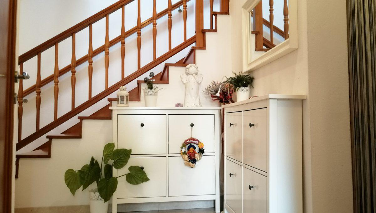 Turen 06 na predaj 6 izbovy rodinny dom pohlad na vstupny priestor so schodiskom a komodami