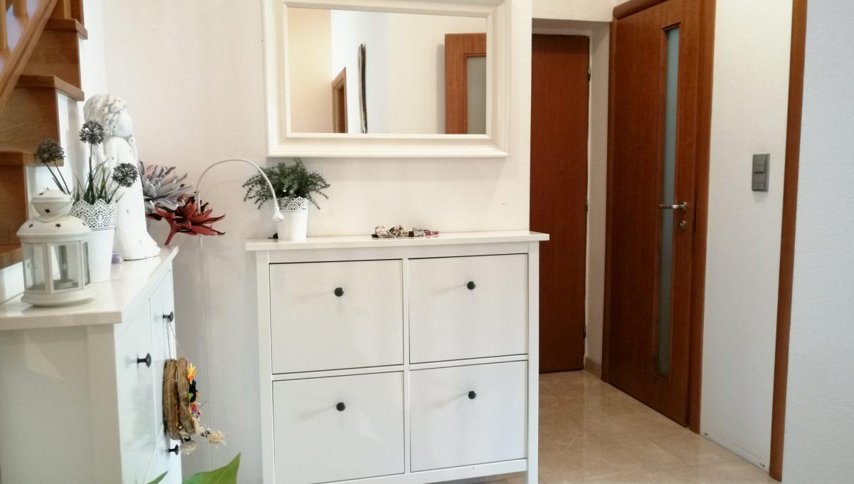 Turen 07 na predaj 6 izbovy rodinny dom pohlad na vstupnu chodbu s komodami a vstupmi do dalsich miestnosti