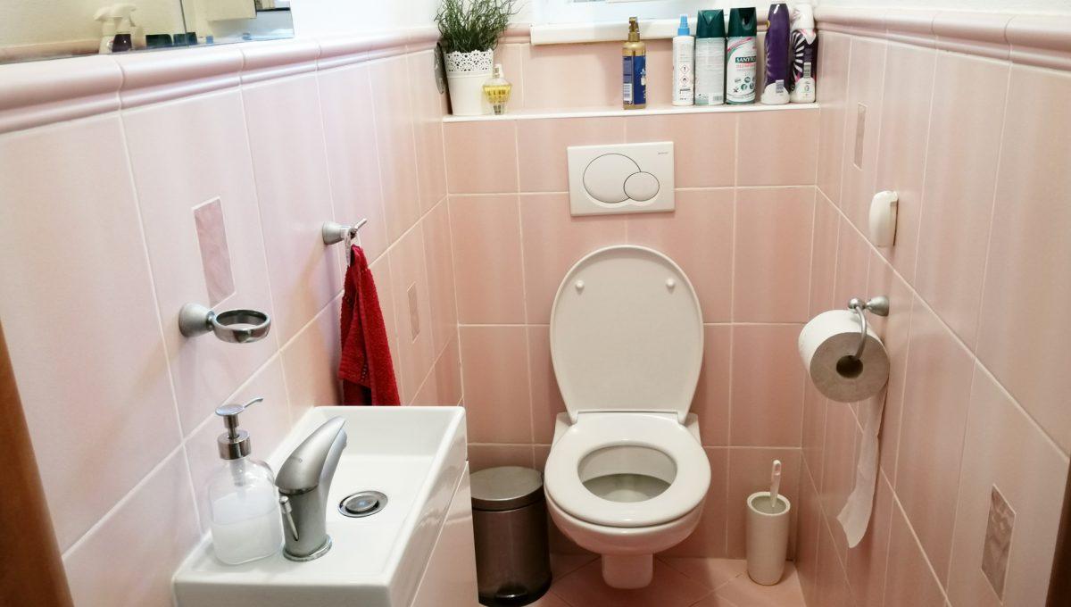 Turen 08 na predaj 6 izbovy rodinny dom pohlad na toaletu s umyvadlom na prizemi domu
