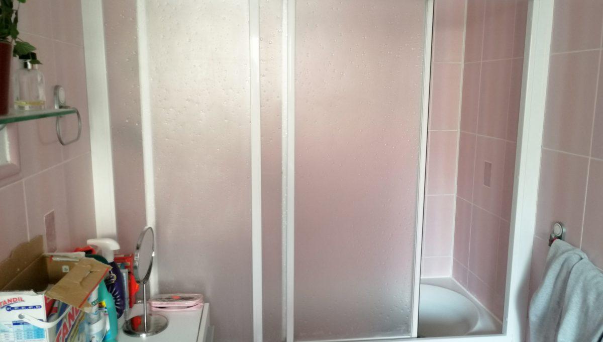 Turen 09 na predaj 6 izbovy rodinny dom pohlad na sprchovy kut v kupelni na prizemi domu