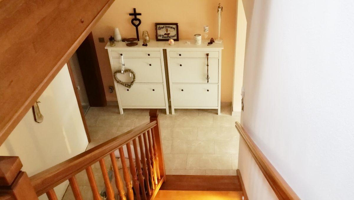 Turen 11 na predaj 6 izbovy rodinny dom pohlad zhora na schodisko a cast vstupnej chodby na prizemi s komodami