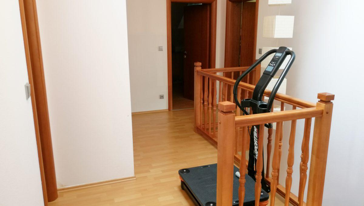 Turen 12 na predaj 6 izbovy rodinny dom pohlad na chodbu so zabradlim schodiska na poschodi so vstupmi do miestnosti