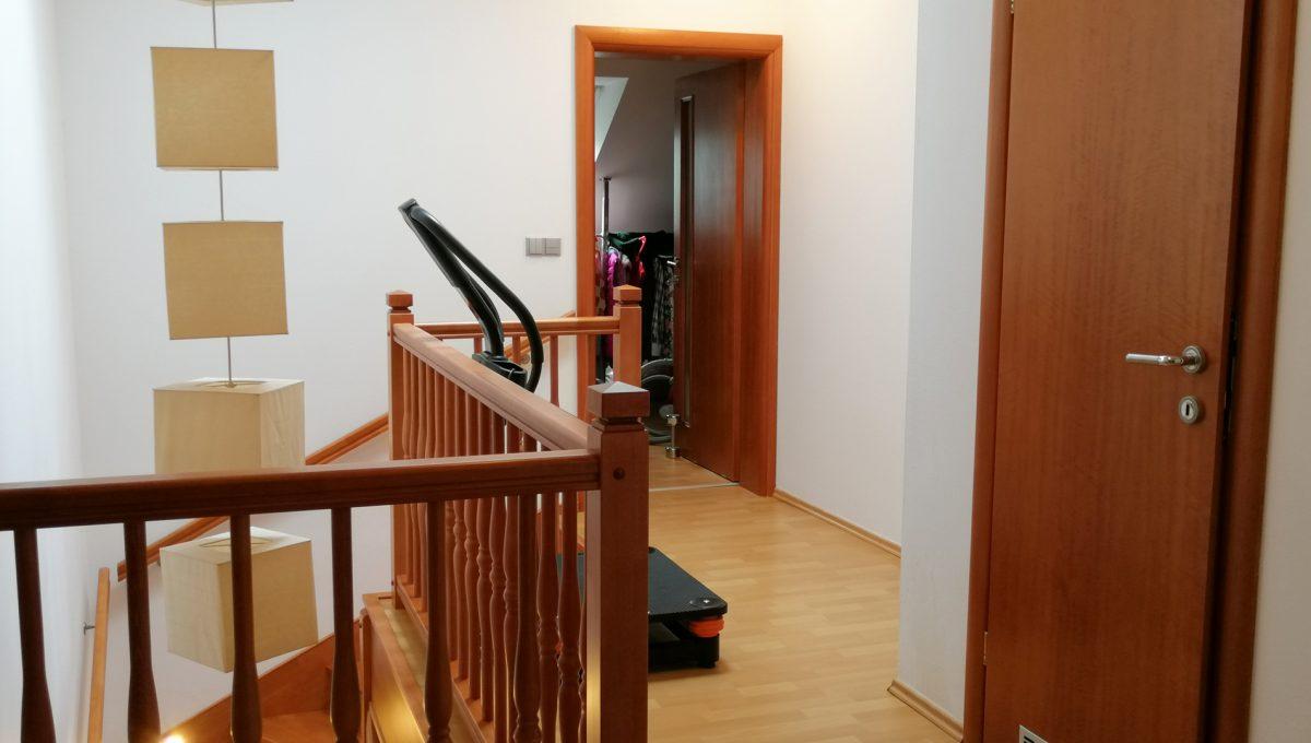 Turen 13 na predaj 6 izbovy rodinny dom pohlad na chodbu so zabradlim schodiska a vstupy do dalsich miestnosti