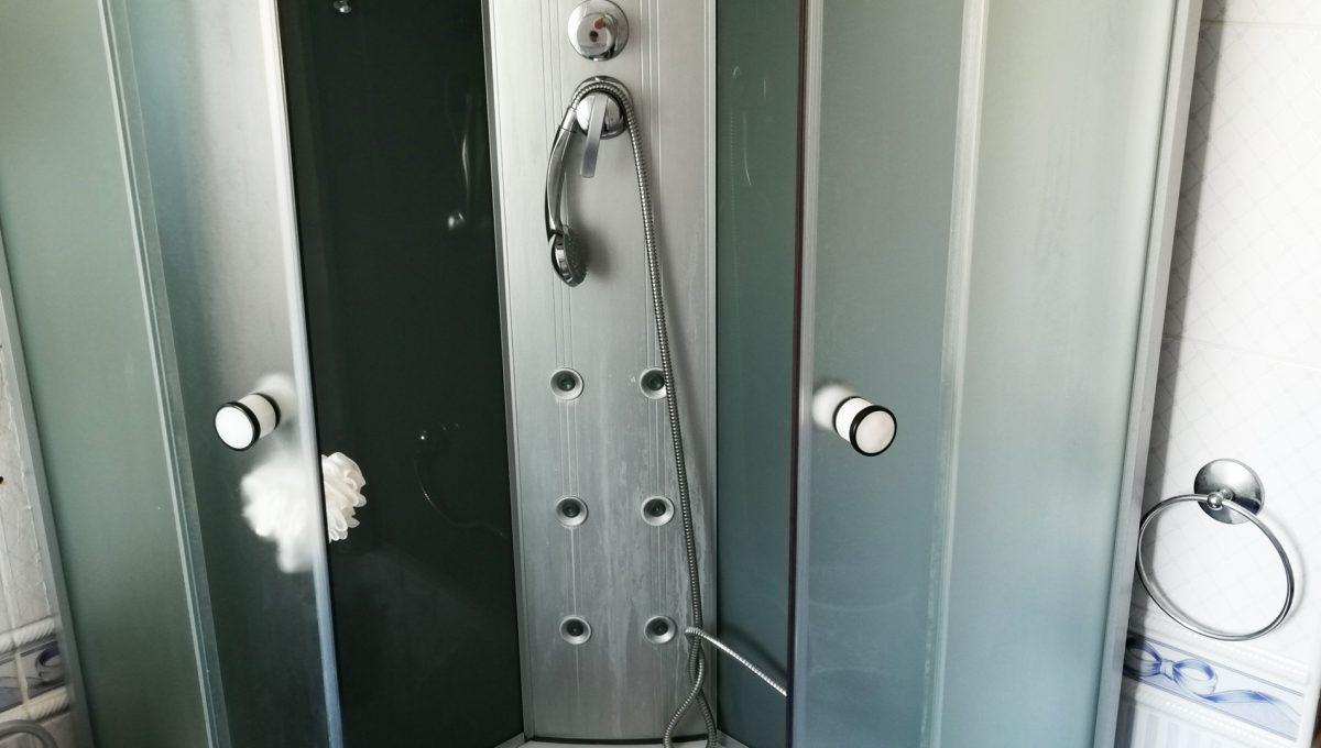 Turen 15 na predaj 6 izbovy rodinny dom pohlad na sprchovy kuy vo velkej kupelni na poschodi