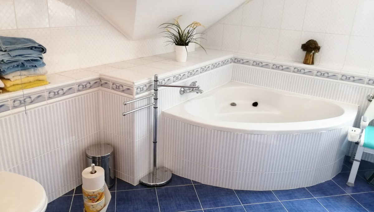 Turen 16 na predaj 6 izbovy rodinny dom pohlad na rohovu vanu v kupelni aj so sprchovym kutom na poschodi spojenu s toaletou