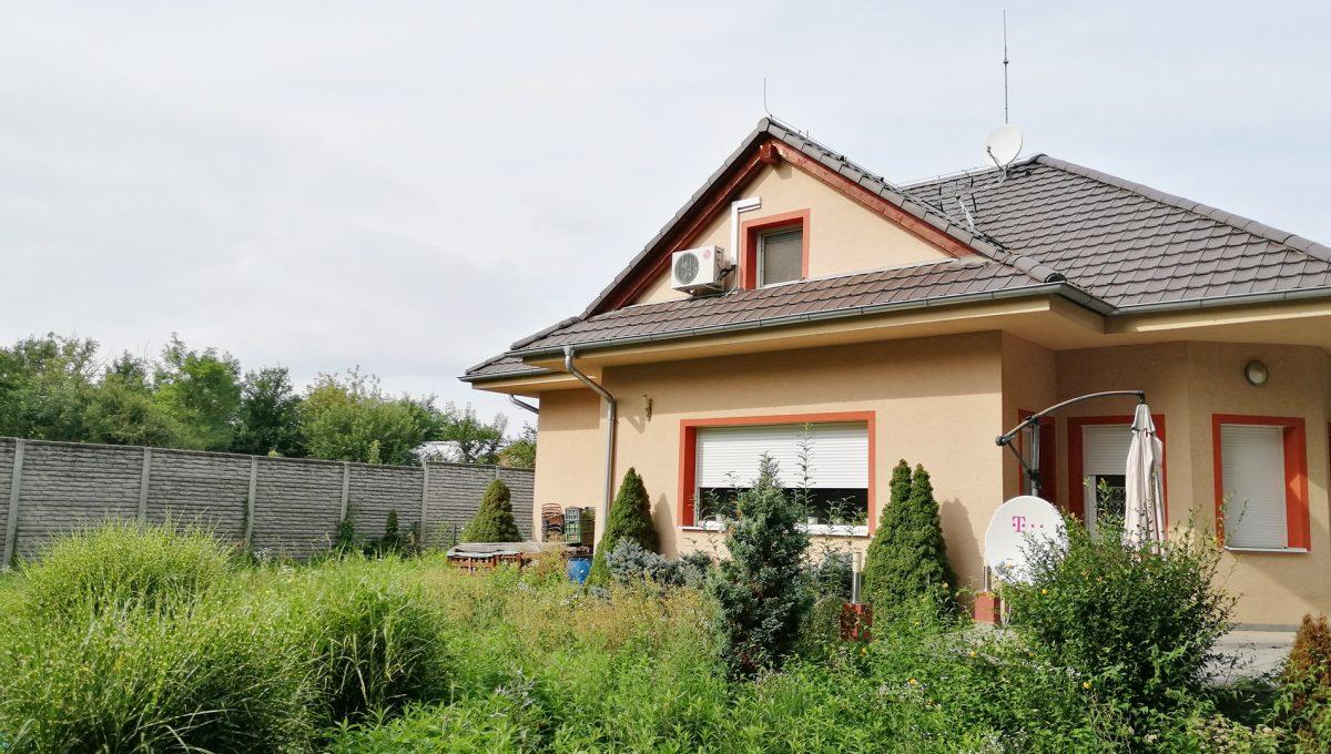 Turen 21 na predaj 6 izbovy rodinny dom pohlad zo zahrady na dom zo strany obyvacej izby na prizemi a spalne na poschodi